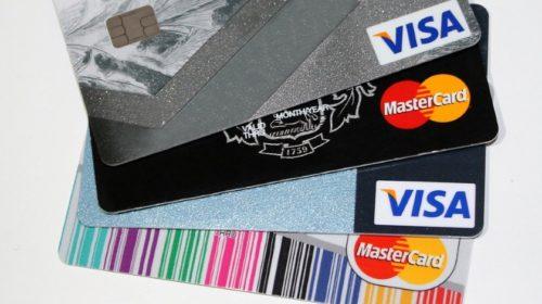 Češi v létě platili kartami v cizině o pětinu více než loni